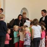 Gemeindefest - zur Taufe bastelten die Kindergartenkinder Tropfen