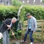 Gemeindefest - Ein Baum wird vor dem Kindergarten gepflanzt