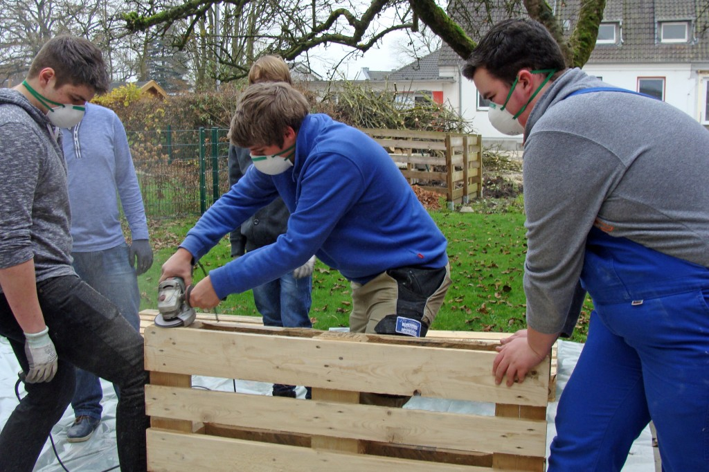 Jugendliche bauen palettensofa erste aktion erfolgreich for Palettensofa bauen